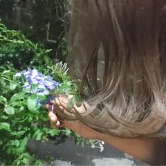 外ハネ ガーリー ミディアム グレージュ ヘアスタイルや髪型の写真・画像