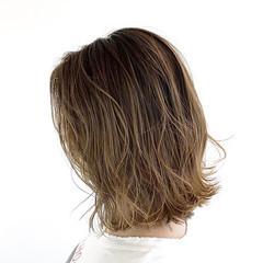 ボブ デザインカラー バレイヤージュ グレージュ ヘアスタイルや髪型の写真・画像