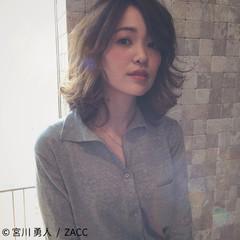 ミディアム コンサバ アッシュ パーマ ヘアスタイルや髪型の写真・画像