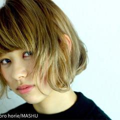 外ハネ ダブルカラー グラデーションカラー アッシュ ヘアスタイルや髪型の写真・画像