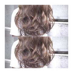 ラベンダーアッシュ ロング ベージュ パープル ヘアスタイルや髪型の写真・画像