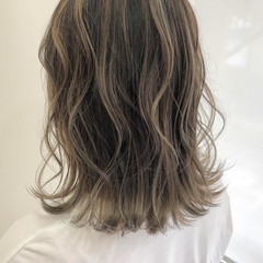 ミルクティーグレージュ ダブルカラー エレガント グレージュ ヘアスタイルや髪型の写真・画像