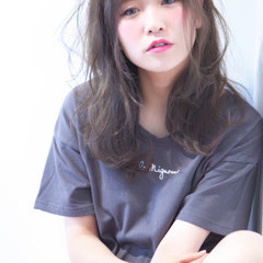 斜め前髪 フェミニン ウェーブ アッシュ ヘアスタイルや髪型の写真・画像
