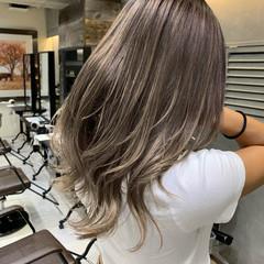 セミロング バレイヤージュ 3Dハイライト ストリート ヘアスタイルや髪型の写真・画像