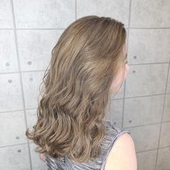 ホワイトベージュ クリーミーカラー セミロング イルミナカラー ヘアスタイルや髪型の写真・画像