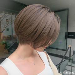 大人ハイライト 大人ショート ハイトーンカラー ミルクティーベージュ ヘアスタイルや髪型の写真・画像