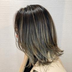 ミディアム ブリーチカラー オリーブグレージュ モード ヘアスタイルや髪型の写真・画像