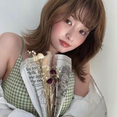 ミルクティーグレージュ ミディアム 外ハネ ベージュ ヘアスタイルや髪型の写真・画像