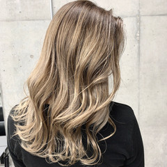 ガーリー ロング ブロンド ハイライト ヘアスタイルや髪型の写真・画像