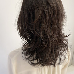 グレージュ セミロング デジタルパーマ レイヤーカット ヘアスタイルや髪型の写真・画像