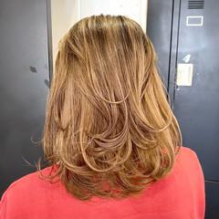 ミディアムレイヤー 外国人風カラー レイヤーカット ベージュ ヘアスタイルや髪型の写真・画像