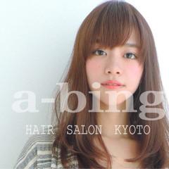 ワイドバング ナチュラル 大人女子 前髪あり ヘアスタイルや髪型の写真・画像