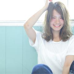 ミディアム アンニュイ ウェーブ ストリート ヘアスタイルや髪型の写真・画像