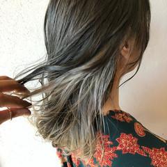 セミロング ホワイトグレージュ グレーアッシュ インナーカラーグレージュ ヘアスタイルや髪型の写真・画像