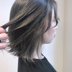ミディアム グレーアッシュ アッシュベージュ ハイライト ヘアスタイルや髪型の写真・画像