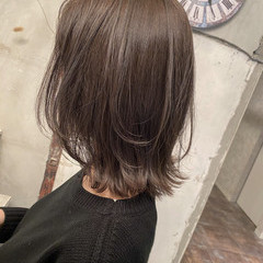 ミディアム 切りっぱなしボブ グレージュ オリーブグレージュ ヘアスタイルや髪型の写真・画像