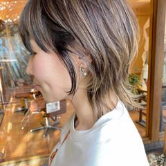 ミディアム ストリート コントラストハイライト マッシュウルフ ヘアスタイルや髪型の写真・画像