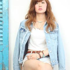 外国人風 ハイライト 波ウェーブ ストリート ヘアスタイルや髪型の写真・画像