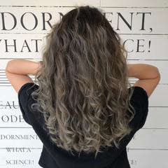 アッシュベージュ アウトドア ストリート ハイライト ヘアスタイルや髪型の写真・画像