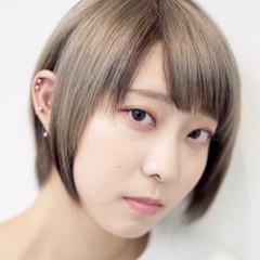 モード ショート ハイトーンカラー ミルクティーベージュ ヘアスタイルや髪型の写真・画像