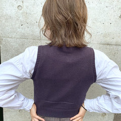 ミルクティーベージュ ミディアムレイヤー ハイトーンカラー ハイライト ヘアスタイルや髪型の写真・画像