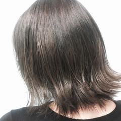 外ハネ アッシュベージュ ナチュラル ウェットヘア ヘアスタイルや髪型の写真・画像