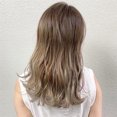 ロング ブリーチ ミルクティーベージュ バレイヤージュ ヘアスタイルや髪型の写真・画像