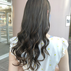 オリーブグレージュ ロング ダークグレー 艶カラー ヘアスタイルや髪型の写真・画像