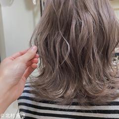 ナチュラル ミディアム グレージュ ブリーチオンカラー ヘアスタイルや髪型の写真・画像