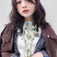 暗色カラー アンニュイほつれヘア センターパート セミロング ヘアスタイルや髪型の写真・画像