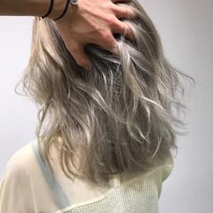 エレガント ハイトーン アッシュ ミディアム ヘアスタイルや髪型の写真・画像
