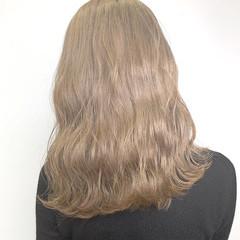 ミルクティーベージュ ハイトーンカラー ナチュラル 波ウェーブ ヘアスタイルや髪型の写真・画像