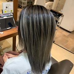 ミディアム ミルクティーグレージュ ナチュラル バレイヤージュ ヘアスタイルや髪型の写真・画像