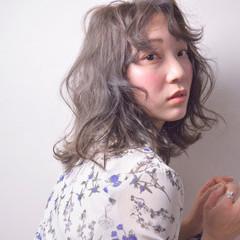 色気 ミディアム パーマ ウェーブ ヘアスタイルや髪型の写真・画像