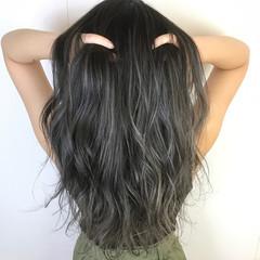 ロング エレガント グレー ブリーチ ヘアスタイルや髪型の写真・画像
