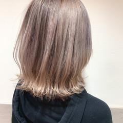 フェミニン ベージュカラー ミディアム ミルクティーベージュ ヘアスタイルや髪型の写真・画像