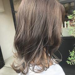 ミディアム ハイライト 大人ハイライト グレージュ ヘアスタイルや髪型の写真・画像