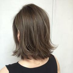 外ハネ アッシュ バレイヤージュ ナチュラル ヘアスタイルや髪型の写真・画像