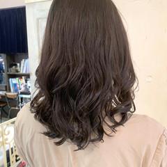セミロング コテ巻き風パーマ 波ウェーブ ナチュラル ヘアスタイルや髪型の写真・画像