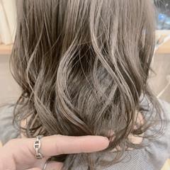 ナチュラル ミディアム グレージュ 大人ハイライト ヘアスタイルや髪型の写真・画像