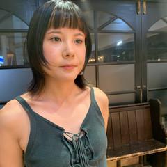 ミディアム 前髪パッツン ウルフカット フェミニン ヘアスタイルや髪型の写真・画像
