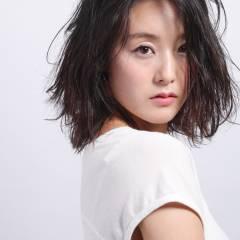 外国人風 黒髪 ウェットヘア ストリート ヘアスタイルや髪型の写真・画像