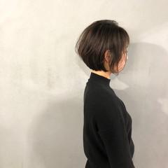 オリーブアッシュ ショート オリーブカラー 耳かけ ヘアスタイルや髪型の写真・画像