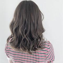 アッシュグレージュ 透明感カラー ミディアム コテ巻き ヘアスタイルや髪型の写真・画像