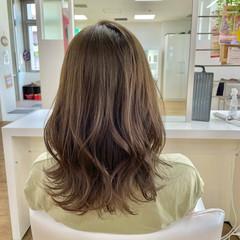 フェミニン オリーブカラー コテ巻き オリーブベージュ ヘアスタイルや髪型の写真・画像