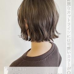 ブリーチなし オリーブベージュ ミニボブ 切りっぱなしボブ ヘアスタイルや髪型の写真・画像