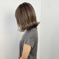 アッシュグレージュ ミディアム グラデーション ナチュラル ヘアスタイルや髪型の写真・画像