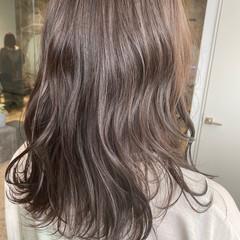 ダークカラー セミロング ナチュラル シルバーグレージュ ヘアスタイルや髪型の写真・画像
