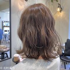 グレージュ ミルクティーグレージュ ミディアム 外ハネボブ ヘアスタイルや髪型の写真・画像