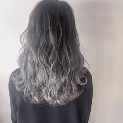 シルバーグレージュ エレガント セミロング ホワイトシルバー ヘアスタイルや髪型の写真・画像